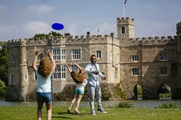 Leeds Castle - Kids playing Frisbee!